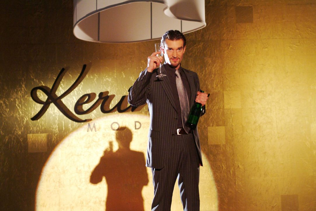 Richard von Brahmberg (Karim Köster) sonnt sich in dem Triumphgefühl, endlich Chef von Kerima Moda zu sein... - Bildquelle: Monika Schürle SAT.1 / Monika Schürle
