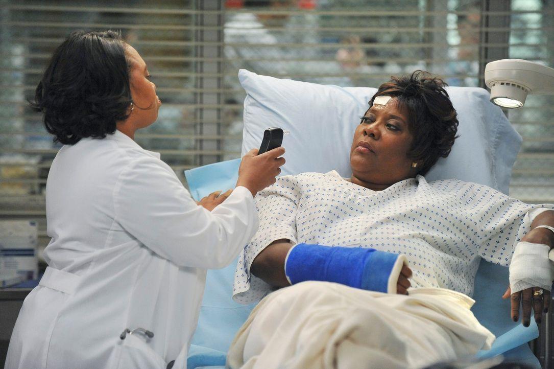 Richard Webbers Frau Adele (Loretta Devine, r.) wird erneut im Krankenhaus behandelt. Bailey (Chandra Wilson, l.) vermutet zunächst Tablettenmissbra... - Bildquelle: ABC Studios