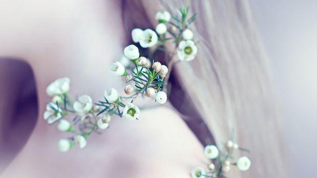 Viele verschiedene Blumen können im Haar verarbeitet werden.