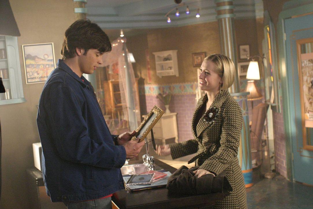 Nach einem Chemieunfall sind Chloe (Allison Mack, r.) und Clarks Eltern an einer heimtückischen Krankheit erkrankt. Clark (Tom Welling, l.) muss han... - Bildquelle: Warner Bros.