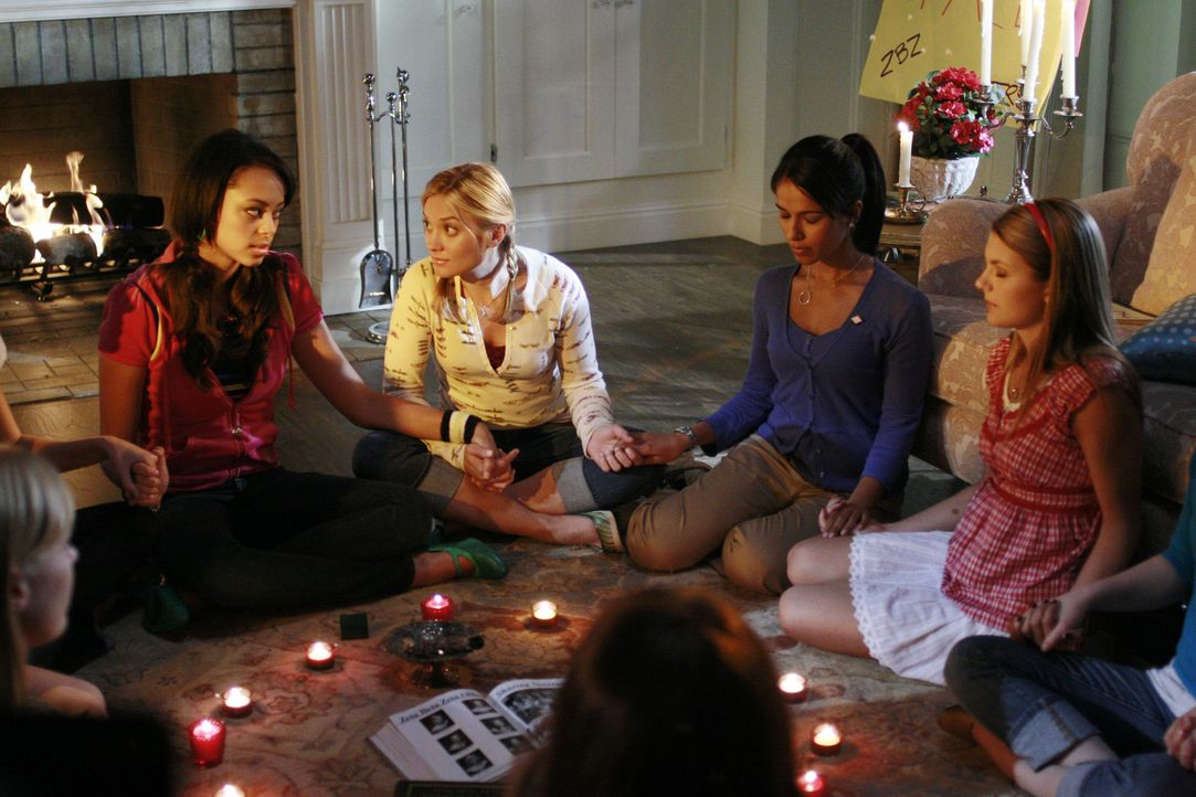 Eine Nacht zum Fürchten: Ashleigh (Amber Stevens, l.), Casey (Spencer Grammer, 2.v.l.), Rebecca (Dilshad Vadsaria, 2.v.r.) und Jen K (Jessica Rose,... - Bildquelle: 2007 ABC FAMILY. All rights reserved. NO ARCHIVING. NO RESALE.