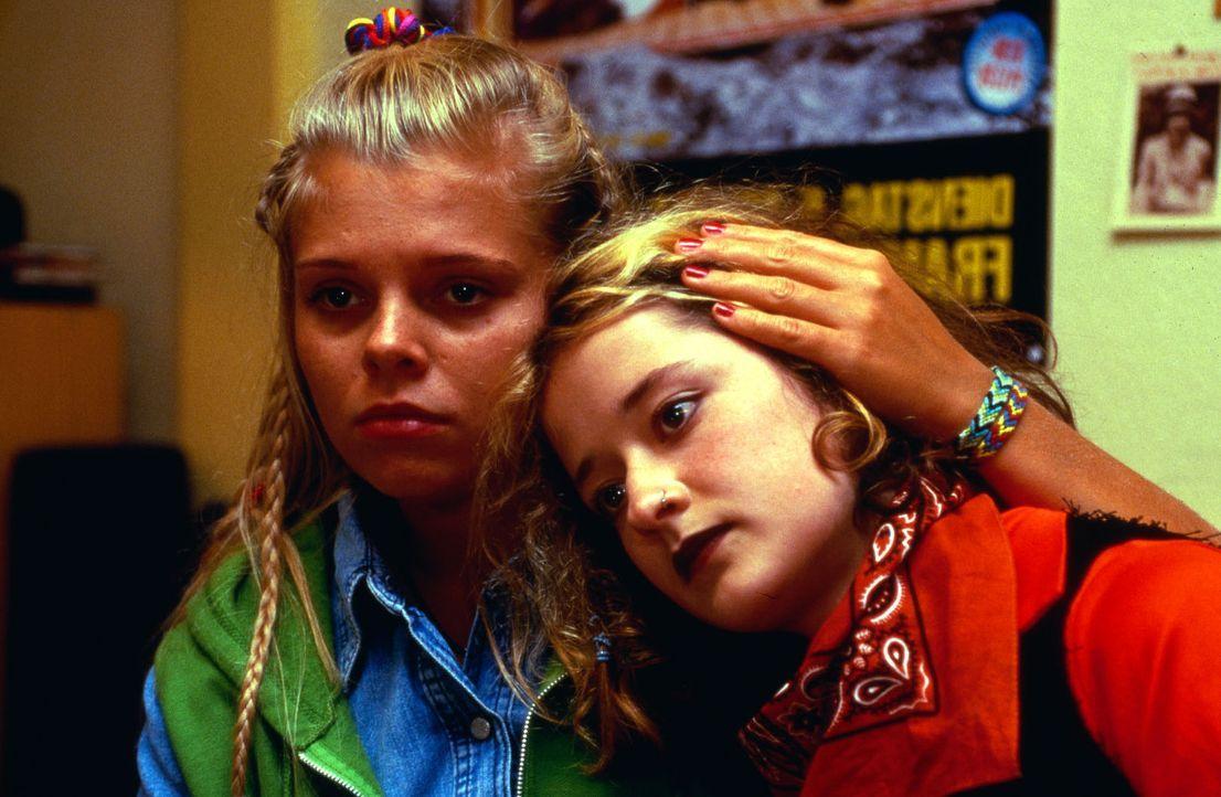 Nur bei ihrer Freundin Annemarie (Ute Sengebusch, r.), die sie im Krankenhaus kennen gelernt hat, findet Natalie (Anne Sophie Briest, l.) Verständn... - Bildquelle: Sat.1