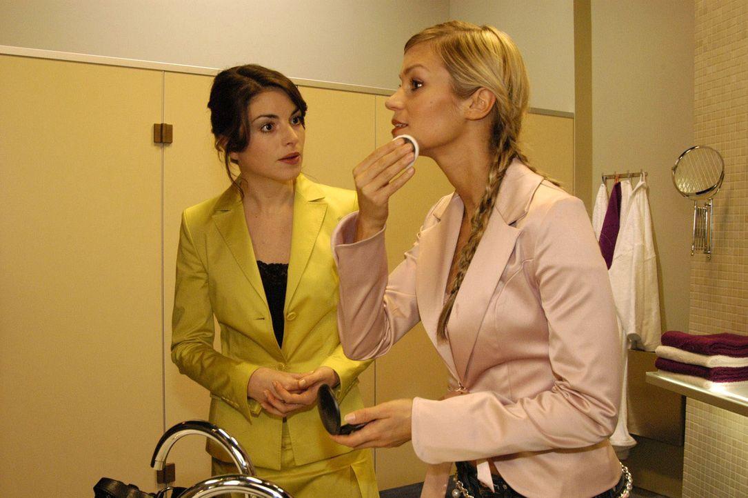 Sabrina (Nina-Friederike Gnädig, r.) macht sich bei Mariella (Bianca Hein, l.) Luft: Sie kann es nicht fassen, dass David Lisa zu seiner Assistenti... - Bildquelle: Sat.1