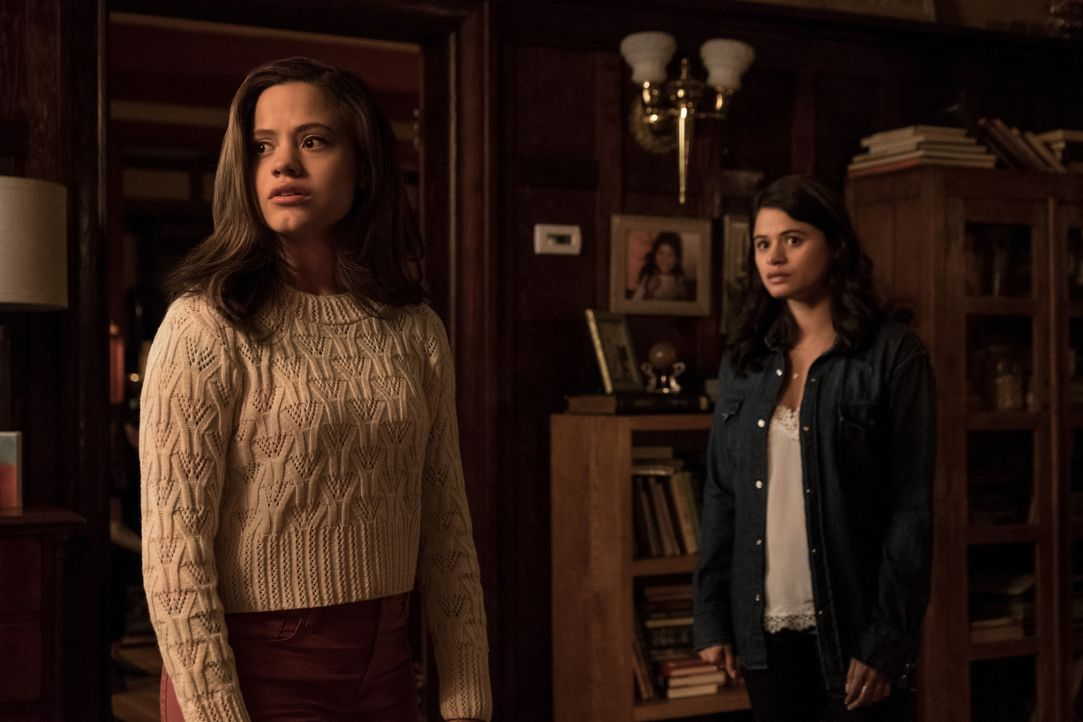 Maggie Vera (Sarah Jeffery, l.); Mel Vera (Melonie Diaz, r.) - Bildquelle: Katie Yu 2018 The CW Network, LLC. All rights reserved. / Katie Yu