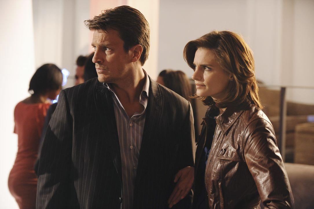Hinter den Kulissen einer großen Modeschau wollen Kate Beckett (Stana Katic, r.) und Richard Castle (Nathan Fillion, l.) mehr über das ermordete Mod... - Bildquelle: ABC Studios