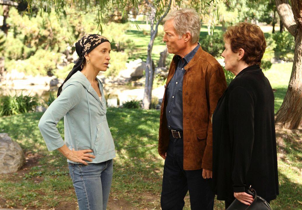 Während Susan hinter Mikes Geheimnis kommt, bekommt Lynette (Felicity Huffman, l.) Besuch von ihrem Stiefvater (Richard Chamberlain, M.), den sie se... - Bildquelle: ABC Studios