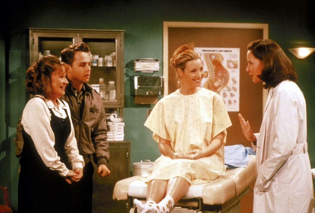 Phoebe (Lisa Kudrow, 2.v.r.) ist sich noch nicht sicher, ob sie für Frank (Giovanni Ribisi, 2.v.l.) und Alice (Debra Jo Rupp, l.) die Leihmutter sp... - Bildquelle: TM+  2000 WARNER BROS.