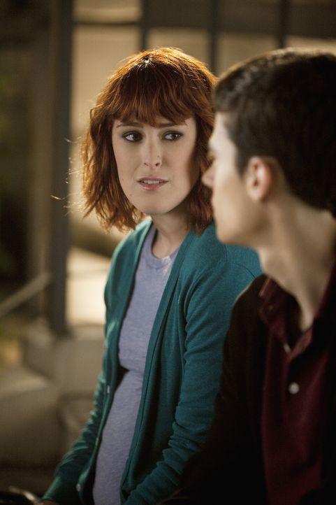 Heather (Rumer Willis, l.), die ein Baby erwartet und dringend jemanden zum Reden braucht, wendet sich an Ben (Ken Baumann, r.), der mit der Situati...