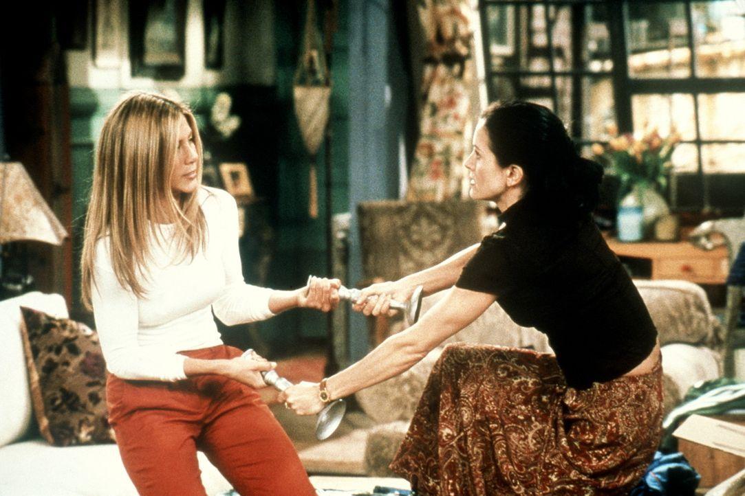 Rachel (Jennifer Aniston, l.) und Monica (Courteney Cox, r.) streiten sich um einen Kerzenständer. - Bildquelle: TM+  2000 WARNER BROS.