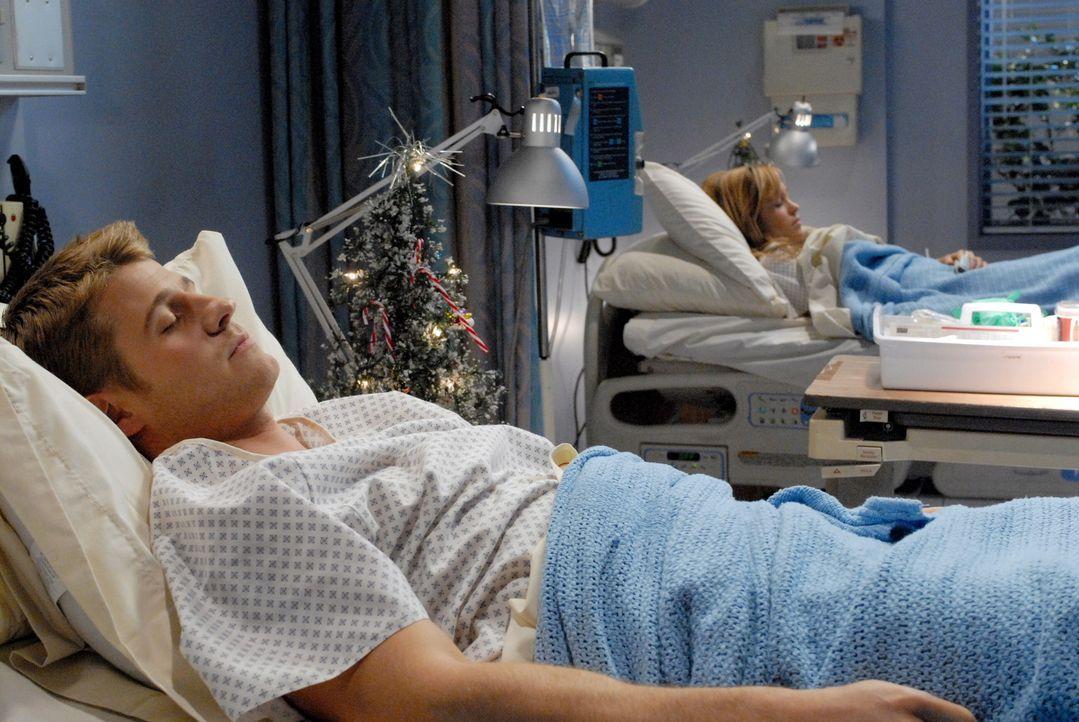 Ryan (Benjamin McKenzie, l.) findet einen Brief von Marissa in der Post. Als dann Taylor auftaucht und Ryan sein Weihnachtsgeschenk geben will, ist... - Bildquelle: Warner Bros. Television