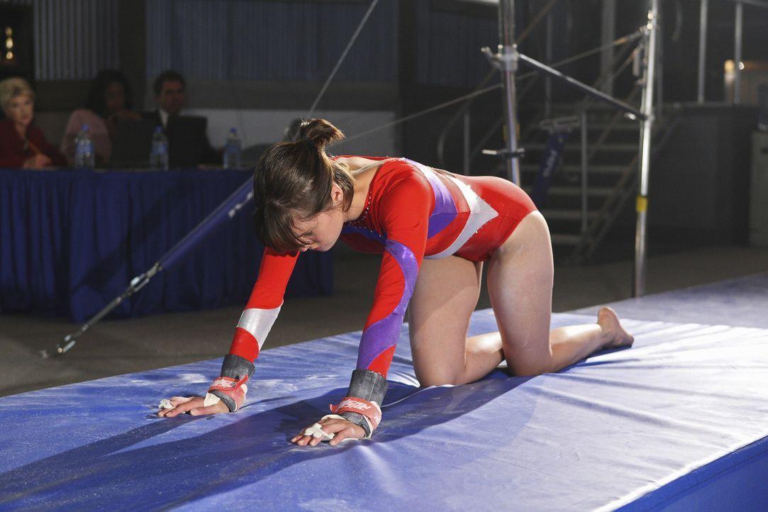 Bei einem Wettbewerb steigert Emily (Chelsea Hobbs) ohne Absprache den Schwierigkeitsgrad ihrer Übung und verpatzt die Vorstellung ... - Bildquelle: 2009 DISNEY ENTERPRISES, INC. All rights reserved. NO ARCHIVING. NO RESALE.
