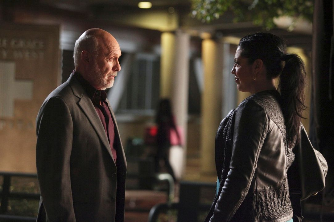 Callie (Sara Ramirez, r.) erhält überraschend Besuch von ihrem Vater (Hector Elizondo, l.) und kann nicht fassen, was er geplant hat - und ist total... - Bildquelle: Touchstone Television