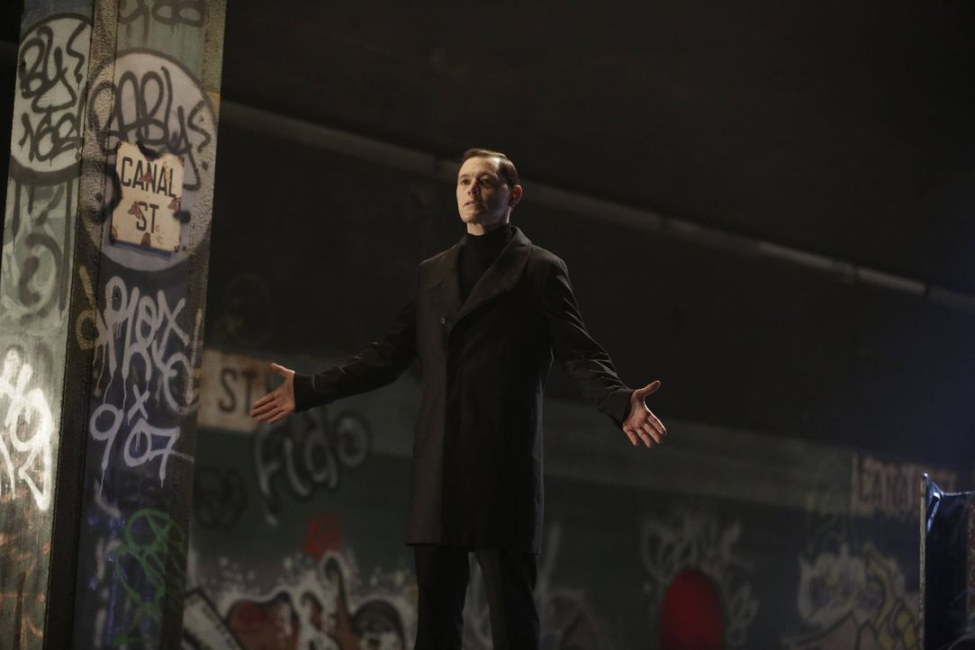 Schätzt sich in der Überhand, weil er nichts von Henrys Joker weiß: Adam (Burn Gorman) ... - Bildquelle: Warner Bros. Television