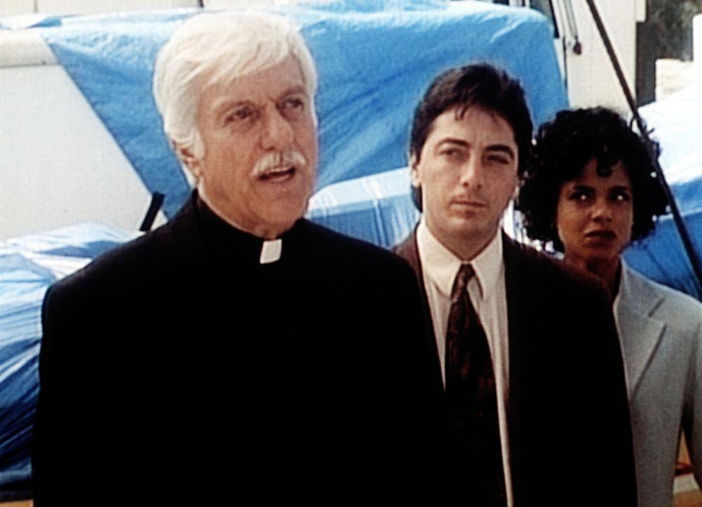 Mark (Dick Van Dyke, l.), Jack (Scott Baio, M.) und Amanda (Victoria Rowell, r.) werden auf einer Baustelle von den Mafiosi in ihrem Versteck entdec... - Bildquelle: Viacom