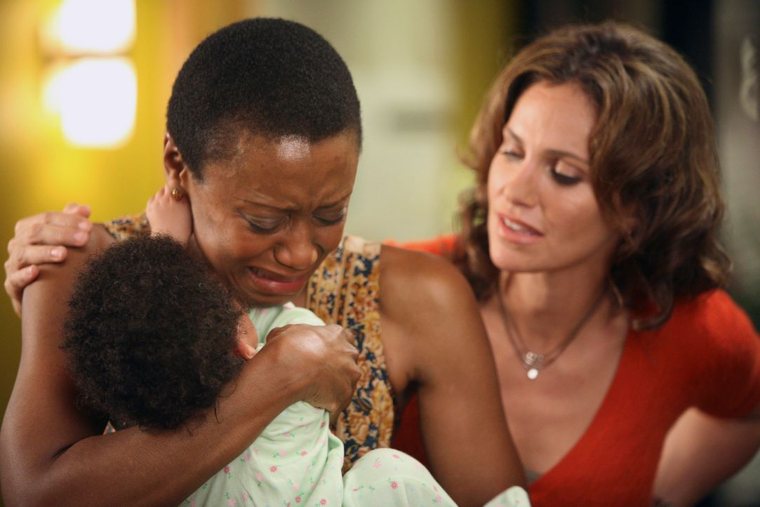 Violet (Amy Brenneman, r.) steht Melinda (Barbara Eve Harris, M.)  in dem schweren Moment bei ... - Bildquelle: 2007 American Broadcasting Companies, Inc. All rights reserved.