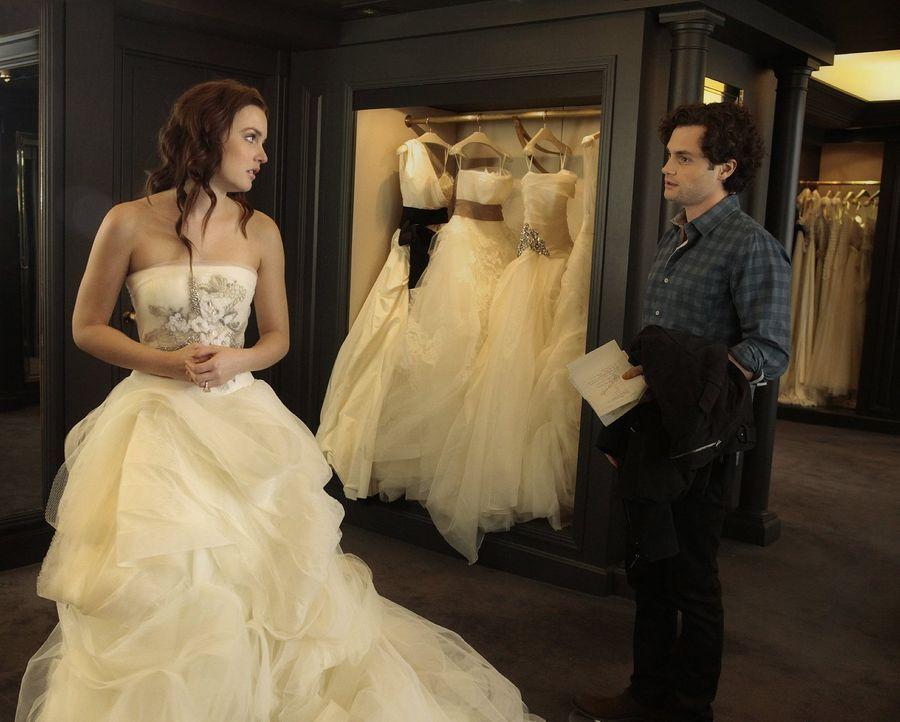 Serena und Dan (Penn Badgley, r.) geben vor, wieder ein Paar zu sein, um Blair (Leighton Meester, l.) zu schützen ... - Bildquelle: Warner Bros. Television