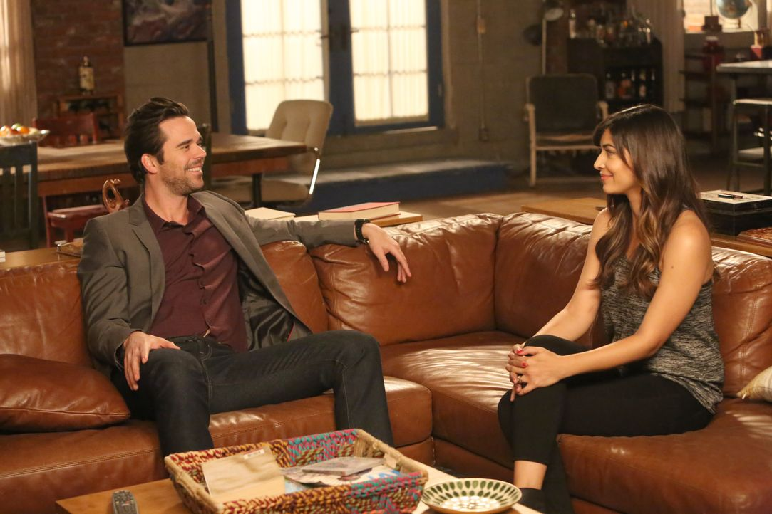 Ausgerechnet Cece (Hannah Simone, r.) soll Sam (David Walton, l.) ablenken, als Jess und Nick versuchen, Jess aus einer sehr ungünstigen und beengen... - Bildquelle: Patrick McElhenney 2016 Fox and its related entities. All rights reserved. / Patrick McElhenney