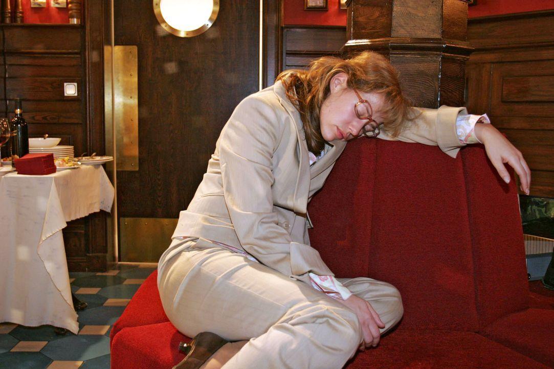 Beim Warten auf David ist Lisa (Alexandra Neldel) eingeschlafen und bemerkt dadurch nicht, dass alle Gäste schon gegangen sind. (Dieses Foto von Ale... - Bildquelle: Noreen Flynn SAT.1 / Noreen Flynn