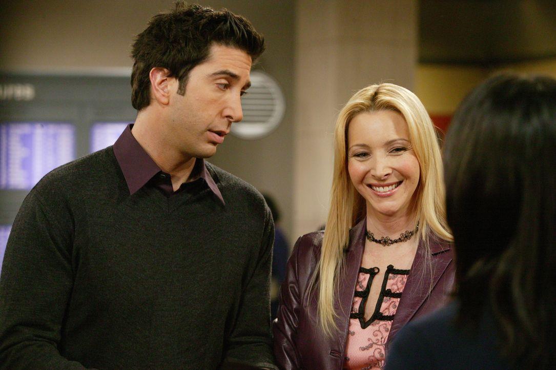 Mit viel Fingerspitzengefühl bitten Phoebe (Lisa Kudrow, M.) und Ross (David Schwimmer, l.) die Stewardess um eine Gefallen ... - Bildquelle: 2003 Warner Brothers International Television