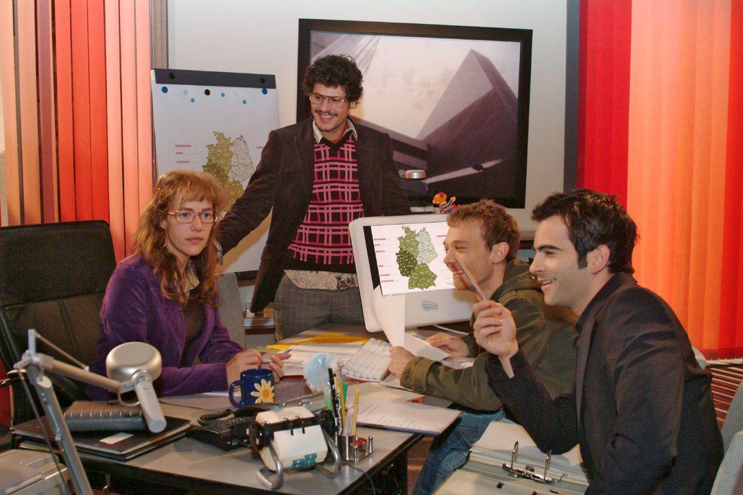 Lisa (Alexandra Neldel, l.) ist erleichtert, dass David (Mathis Künzler, r.) sich in der Zusammenarbeit mit Rokko (Manuel Cortez, 2.v.l.) und Jürgen... - Bildquelle: Monika Schürle SAT.1 / Monika Schürle