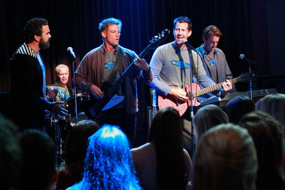 """Ganz Fairview freut sich auf  das """"Battle of the Bands""""-Konzert. Die Männer der Wisteria Lane, Carlos (Ricardo Antonio Chavira, l.), Dave (Neal McDo... - Bildquelle: ABC Studios"""