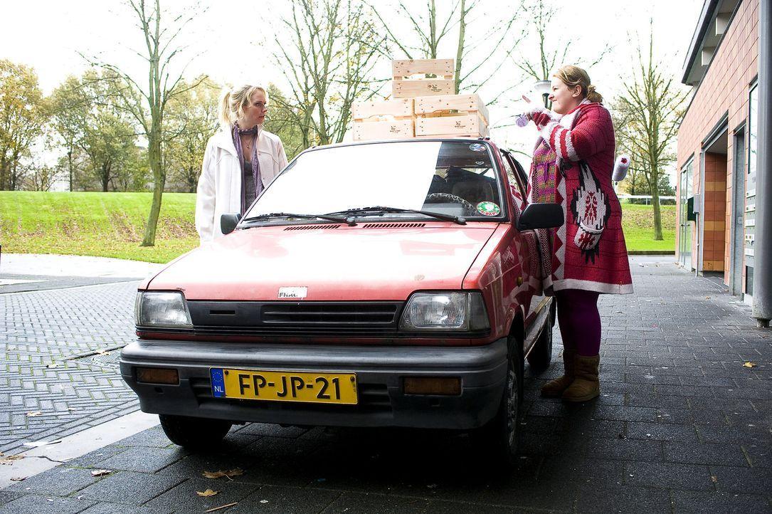 Nienke (Eva van der Gucht, r.) will Fatima (Bracha van Doesburgh, l.) bei der Renovierung ihrer neuen Wohnung helfen ...