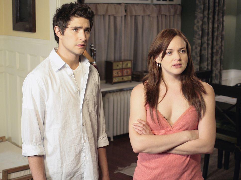 Kyle (Matt Dallas, l.) und Lori (April Matson, r.) sehen nicht ganz ein, warum auch sie Hausarrest erhalten sollen ... - Bildquelle: TOUCHSTONE TELEVISION
