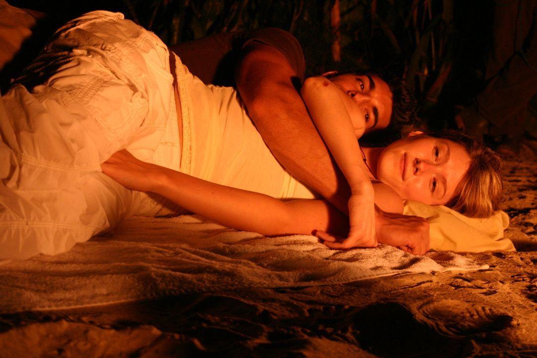 Nach einem Bootsunglück stranden Liz (Jewel Staite, l.) und ihr Verlobter Peter (Justin Baldoni, r.) auf einer verlassenen Insel. Am anderen Morgen... - Bildquelle: Voltage Pictures