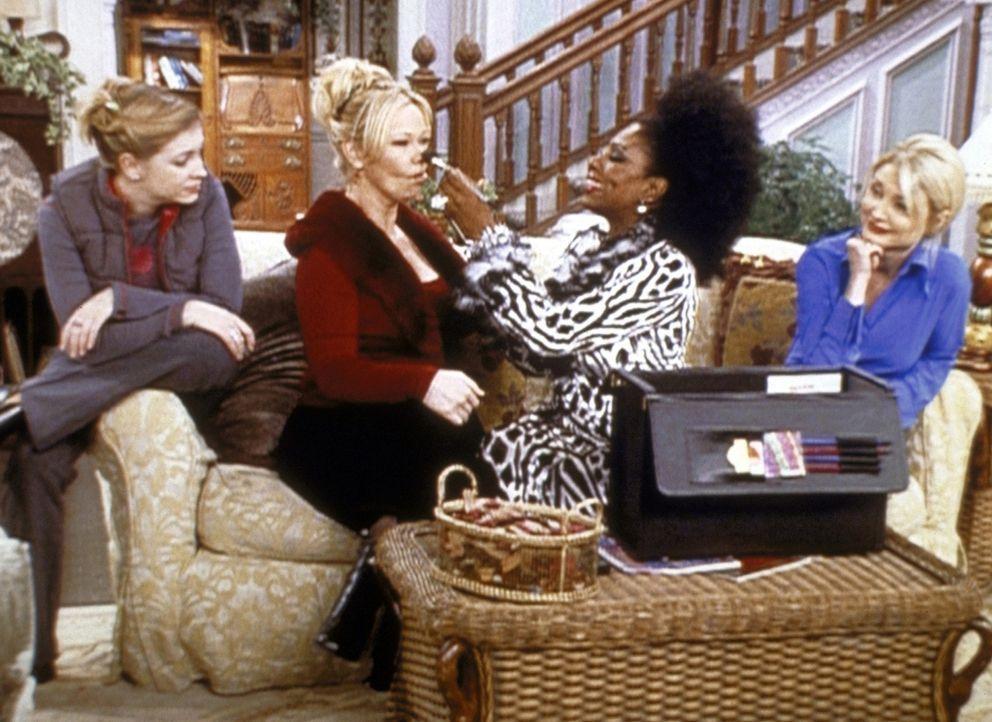 Cousine Zsa Zsa (Sheryl Lee Ralph, 2.v.r.) präsentiert Sabrina (Melissa Joan Hart, l.), Zelda (Beth Broderick, r.), und Hilda (Caroline Rhea, 2.v.l... - Bildquelle: Paramount Pictures