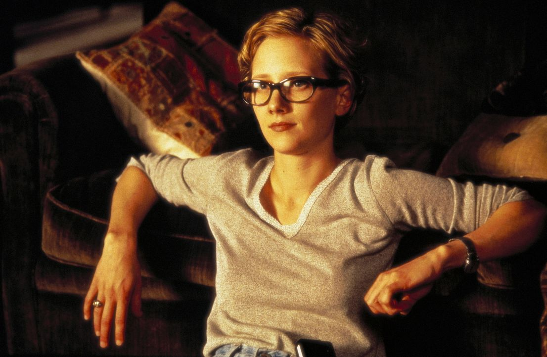 """Kurz nachdem sich die Geschworene Annie ihrer Freundin Juliet (Anne Heche) anvertraut hat, bekommt sie Besuch von dem mysteriösen """"Lehrer"""" ... - Bildquelle: Columbia TriStar International Television"""