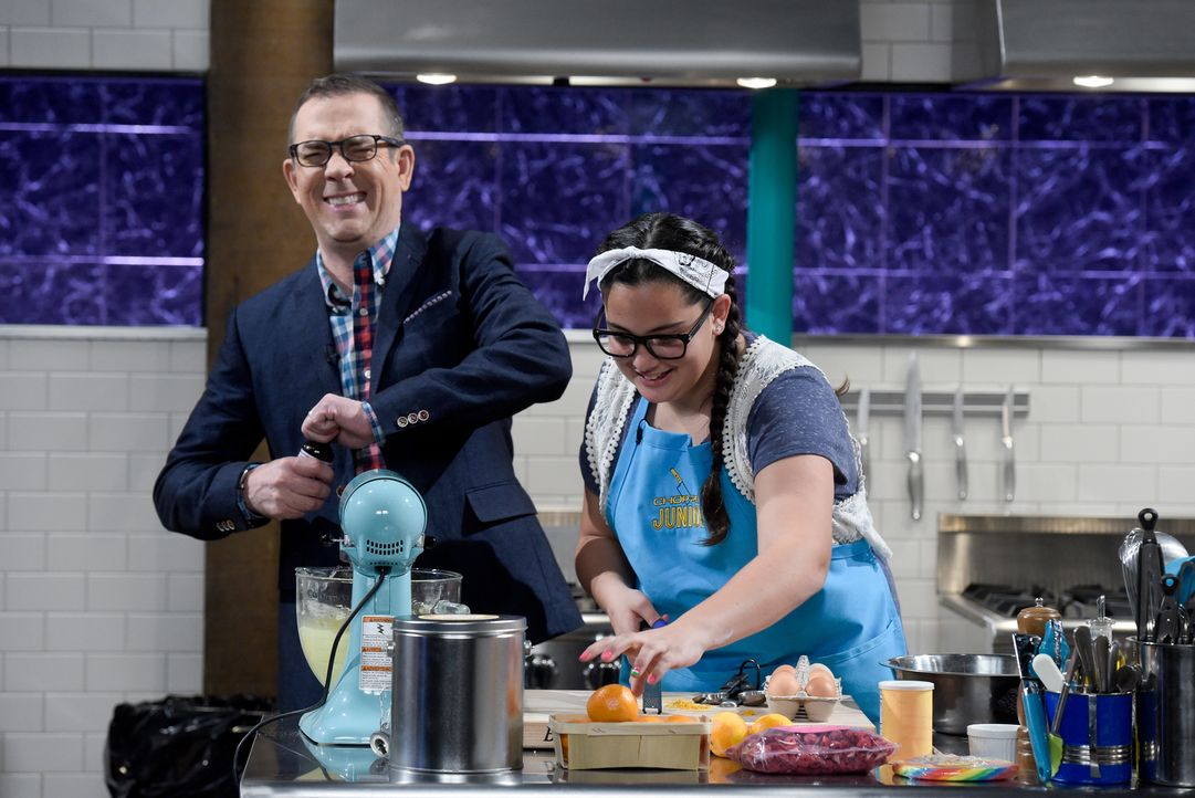 (v.l.n.r.) Ted Allen; Bella Coonis - Bildquelle: 2016,Television Food Network, G.P. All Rights Reserved/adecarlophotoblog.com