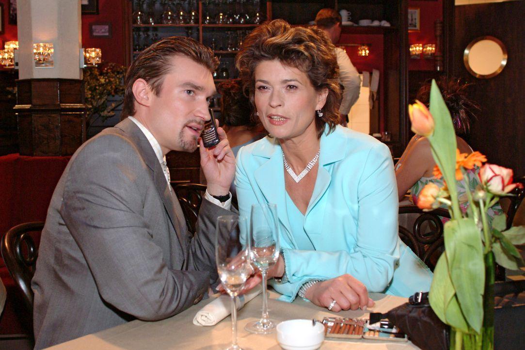Richard (Karim Köster, l.) erklärt seiner Mutter Sophie (Gabrielle Scharnitzky, r.), was der attraktive Viktor tatsächlich im Schilde führt... - Bildquelle: Sat.1