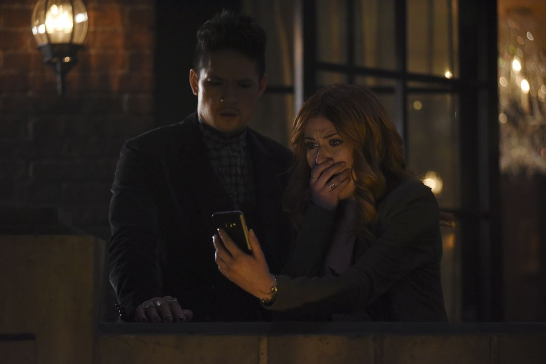 Magnus Bane (Harry Shum Jr., l.); Clary Fray (Katherine McNamara, r.) - Bildquelle: John Medland 2017 Disney Enterprises, Inc. All rights reserved. / John Medland