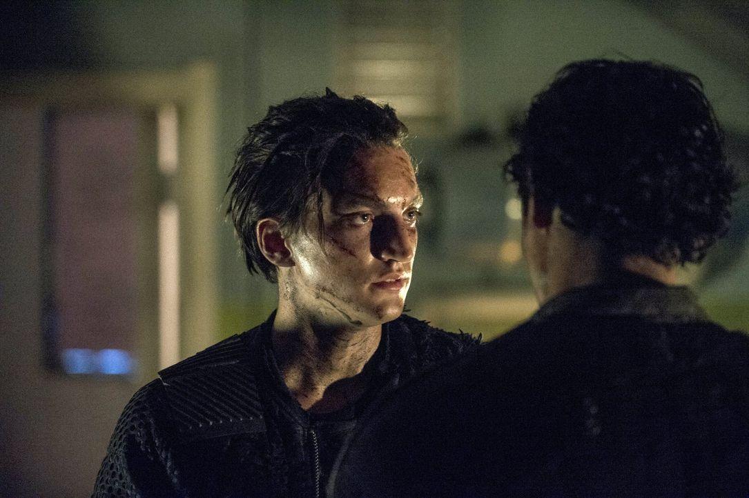 Ein gemeinsamer Feind macht einen nicht unbedingt zu Verbündeten. Das muss nicht nur Murphy (Richard Harmon) erkennen ... - Bildquelle: 2014 Warner Brothers
