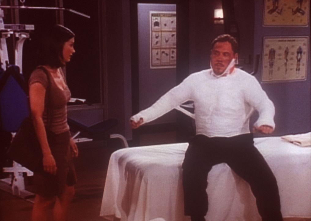 Pete (Jon Favreau, r.) fühlt sich nach dem Kampf überhaupt nicht wohl. Monica (Courteney Cox, l.) leistet ihm Beistand. - Bildquelle: TM+  2000 WARNER BROS.
