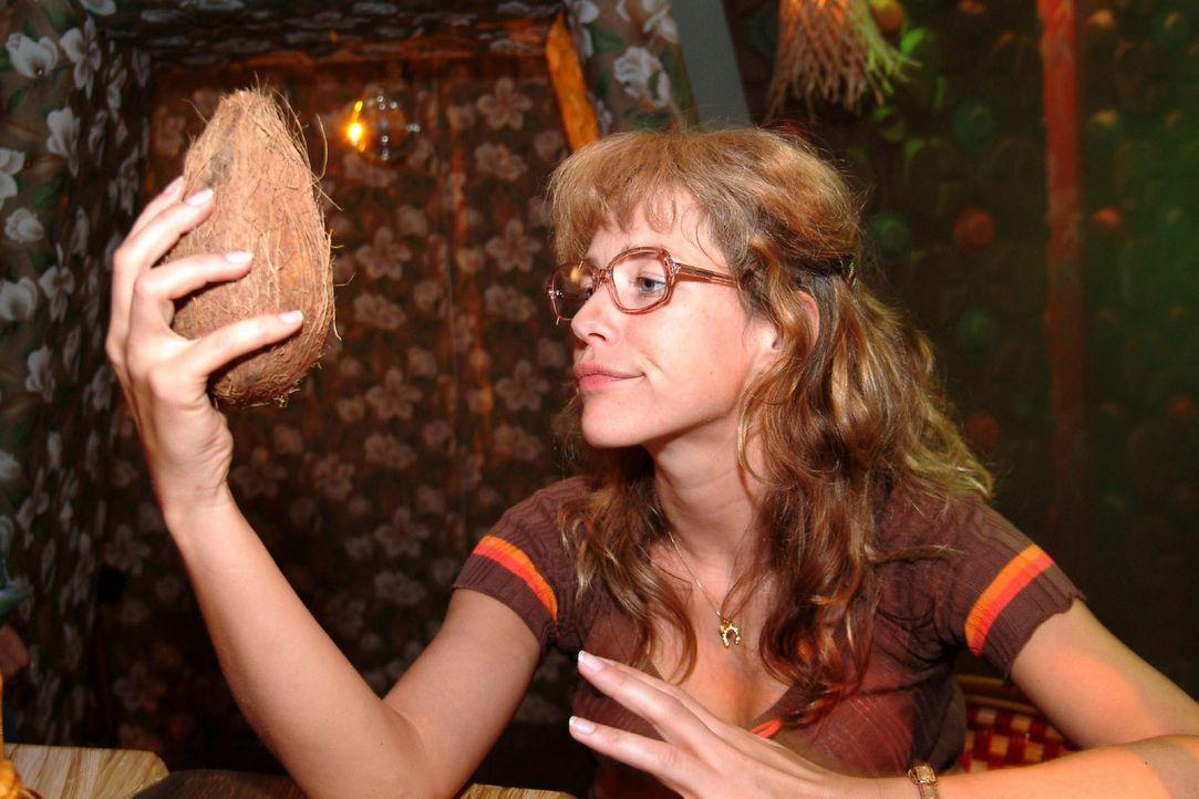 Lisa (Alexandra Neldel) - allein und frustriert in der Tiki Bar: David hat sie versetzt ... (Dieses Foto von Alexandra Neldel darf nur in Zusammenha... - Bildquelle: Monika Schürle Sat.1