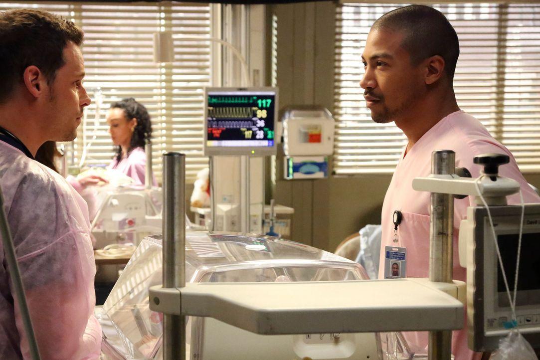 Jason (Charles Michael Davis, r.) sucht ein klärendes Gespräch mit Alex (Justin Chambers, l.) und die Situation zwischen den beiden scheint sich zu... - Bildquelle: ABC Studios