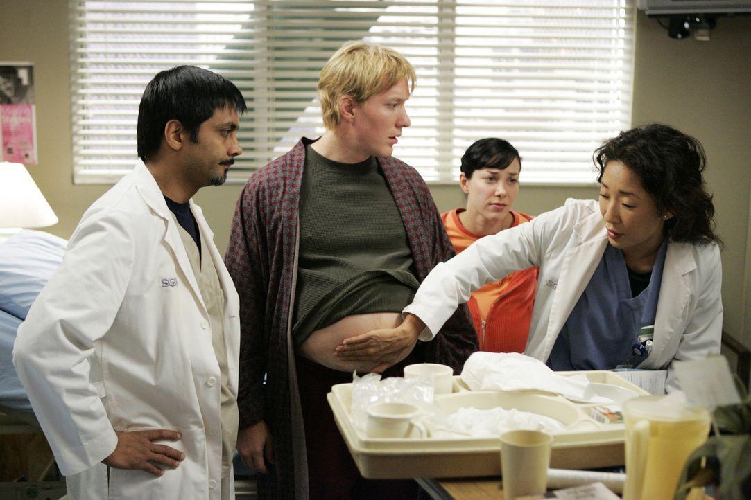 Cristina (Sandra Oh, r.) untersucht Shane Herman (Joseph Sikora, 2.v.l.), der von sich behauptet, schwanger zu sein ... - Bildquelle: Touchstone Television