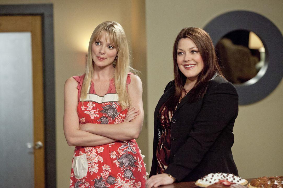 Stacy (April Bowlby, l.) möchte ihren Traum von einer eigenen Bäckerei verwirklichen und versucht nun, Jane (Brooke Elliott, r.) als Sponsorin zu... - Bildquelle: 2012 Sony Pictures Television Inc. All Rights Reserved.
