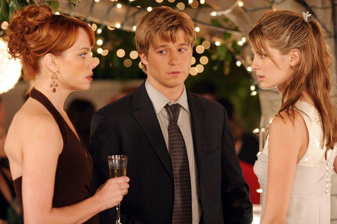 Zwischen Julie (Melinda Clarke, l.) und Marissa (Mischa Barton, r.) kommt es auf der Party zu einem heftigen Streit. Ryan (Benjamin McKenzie, M.) ve... - Bildquelle: Warner Bros. Television