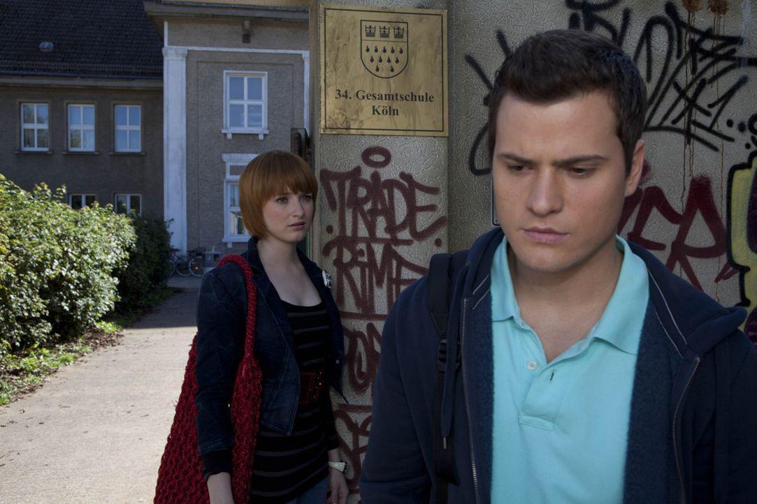 Timo (Rocco Stark, r.) stellt Sophie (Franciska Friede, l.) vor die Wahl: Entweder bekennt sie sich zu ihm oder sie kann ihre Beziehung vergessen ... - Bildquelle: David Saretzki SAT.1