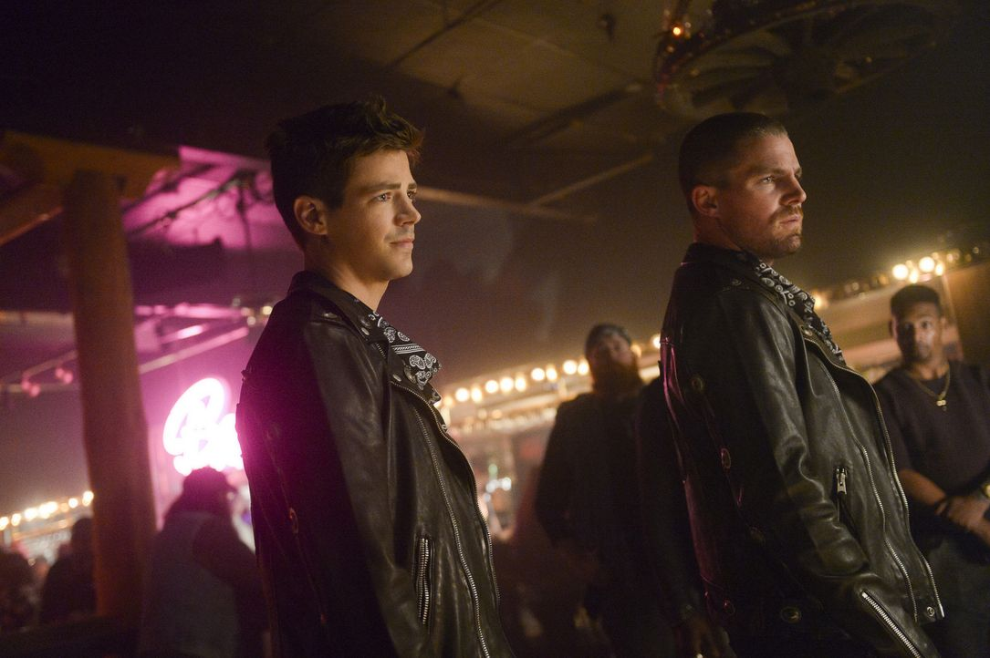 Barry (Grant Gustin, l.); Oliver (Stephen Amell, r.) - Bildquelle: Sergei Bachlakov 2018 The CW Network, LLC. All Rights Reserved.