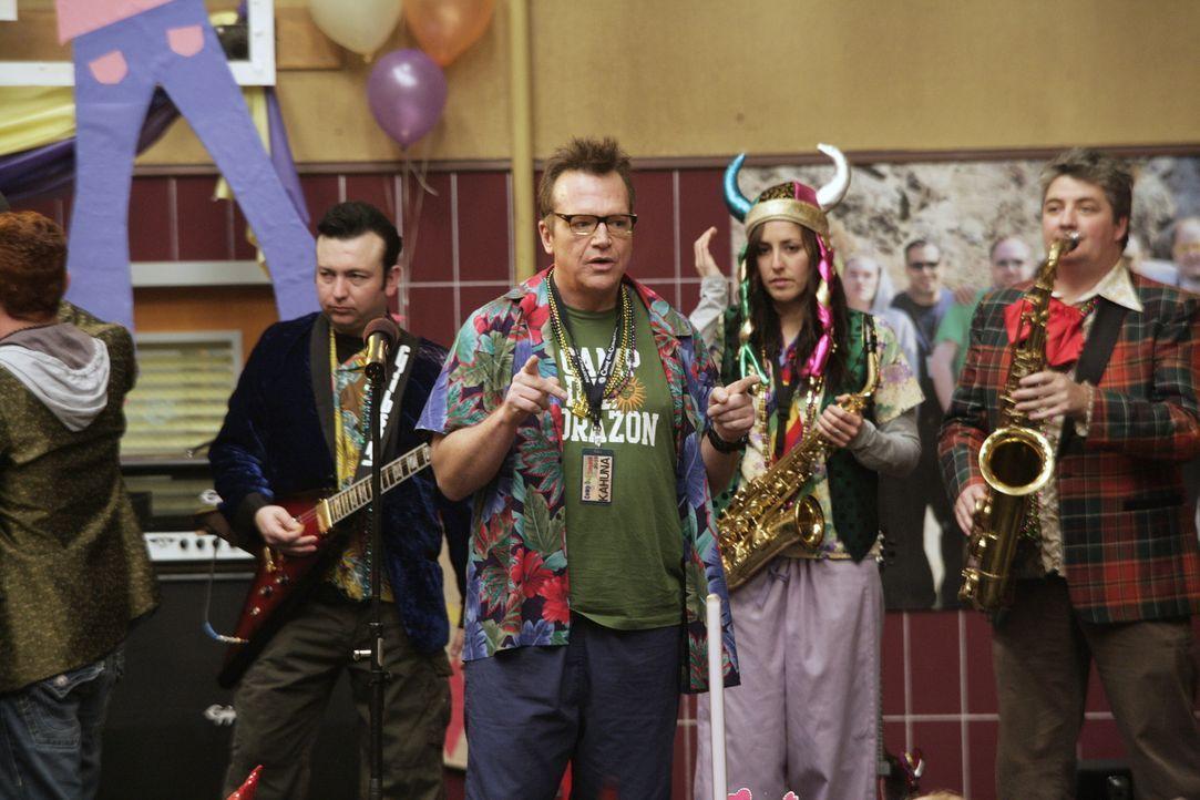 Der große Kahuna (Tom Arnold, M.) hat seine Band voll im Griff. Die Party für die herzkranken Kinder soll nämlich ein voller Erfolg werden ... - Bildquelle: Warner Bros. Television