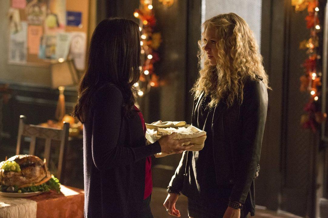 Als Jo (Jodi Lyn O'Keefe, l.) beim Friendsgiving auf Liv (Penelope Mitchell, r.) trifft, kommen bei ihr Erinnerungen auf ... - Bildquelle: Warner Bros. Entertainment, Inc