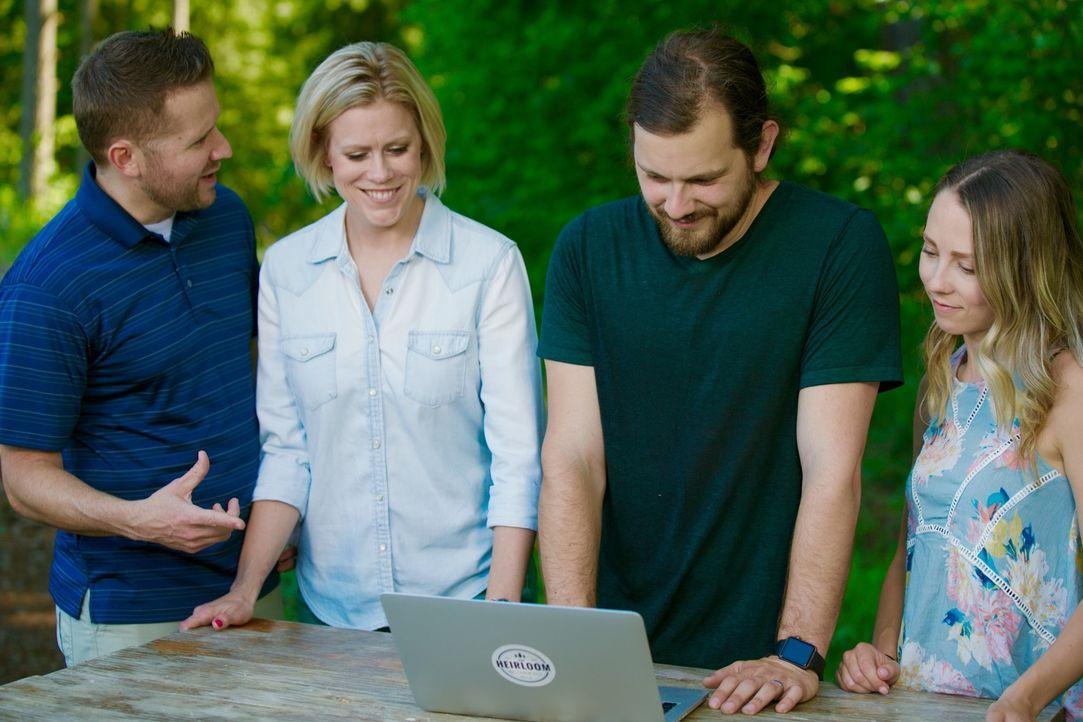 Um gemeinsam mit ihren zwei Kindern einen erholsamen Urlaub verbringen zu können, beauftragen die Eltern Ben (l.) und Armory (r.) Tyson (2.v.r.) und... - Bildquelle: 2015,HGTV/Scripps Networks, LLC. All Rights Reserved