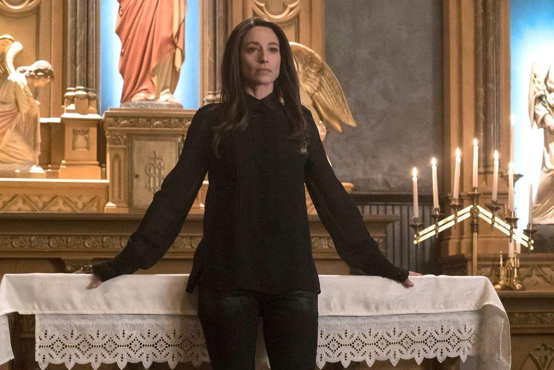 Dahlia (Claudia Black) kommt New Orleans und damit der kleinen Hope gefährlich nahe. Jetzt werden alle Allianzen auf eine harte Probe gestellt ... - Bildquelle: Warner Bros. Entertainment, Inc