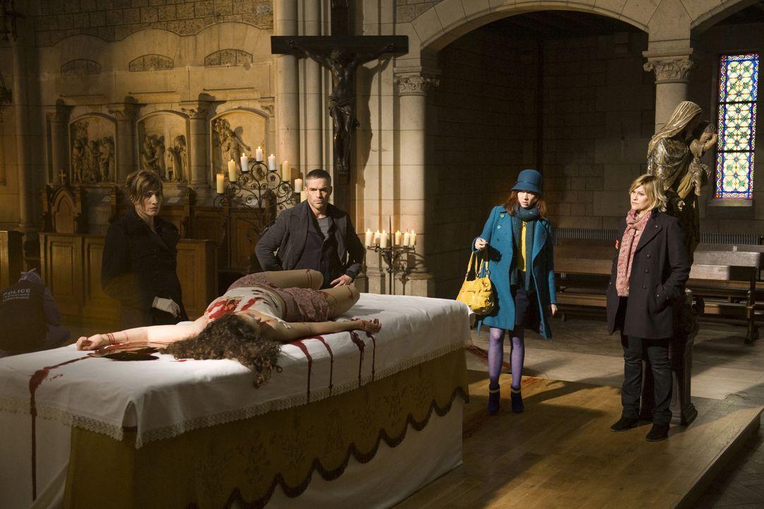 Der Mord an der jungen Maria (Darstellerin unbekannt), die mitten auf einem Altar getötet wurde, hält die Gerichtsmedizinerin (Valérie Dashwood, l.)... - Bildquelle: Jaïr Sfez 2012 BEAUBOURG AUDIOVISUEL / Jaïr Sfez
