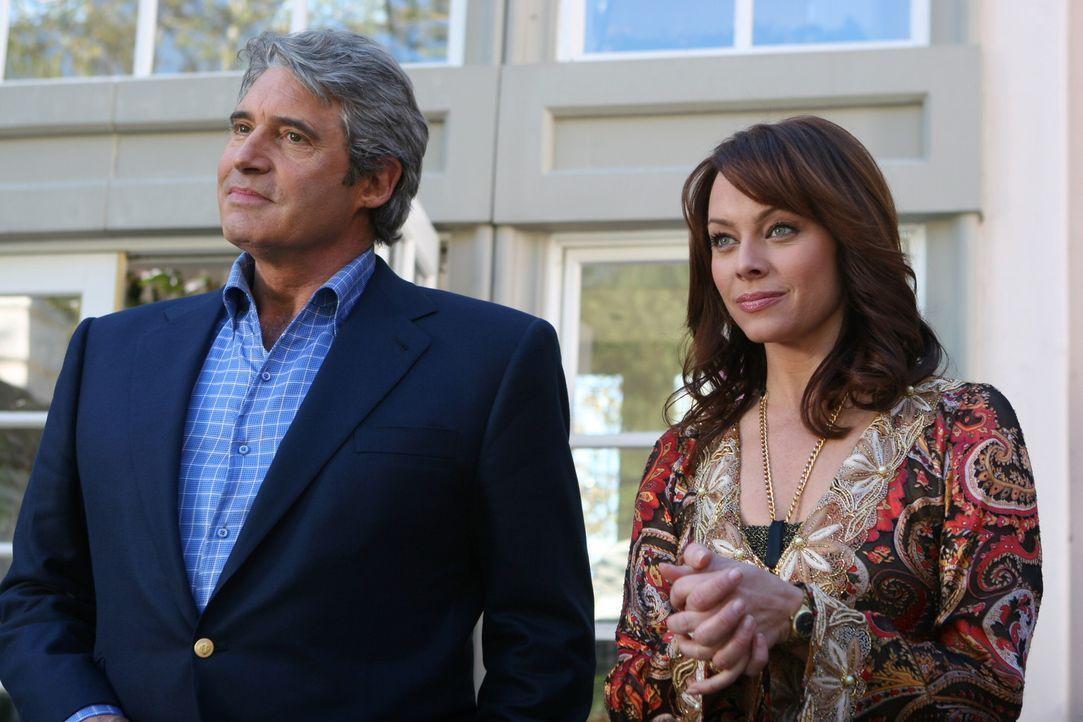 Nicht ganz selbstlos bietet Dr. Roberts (Michael Nouri, l.) Julie (Melinda Clarke, r.) an, in seinem Haus eine Party für Kaitlin zu veranstalten, d... - Bildquelle: Warner Bros. Television
