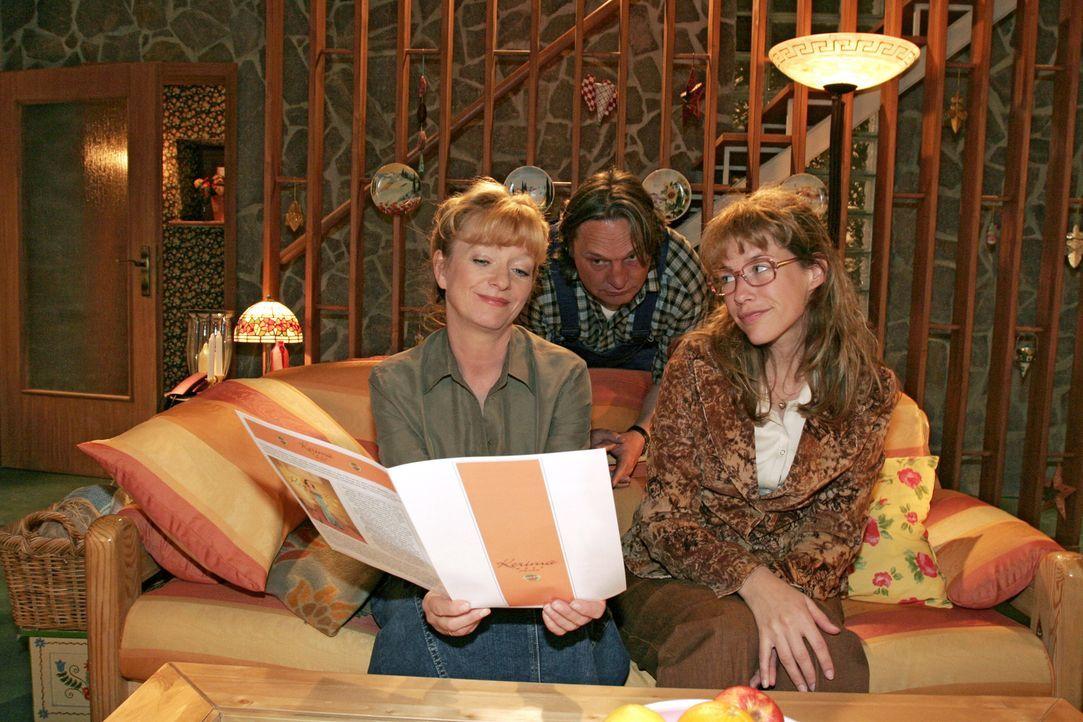 Lisa (Alexandra Neldel, r.) ist glücklich, dass sie von Mariella vor allen Mitarbeitern in der Firma gelobt wurde. Helga (Ulrike Mai, l.) und Bernd... - Bildquelle: Sat.1