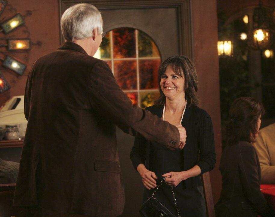 Freut sich, ihren alten Freund Stan (Chevy Chase, l.) wieder zu sehen: Nora (Sally Field, r.) ... - Bildquelle: Disney - ABC International Television